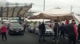 Ambulanti bloccano il GRA: la protesta paralizza la città