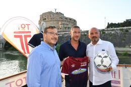 Totti Soccer School: presentate le nuove maglie nella splendida cornice del Tevere