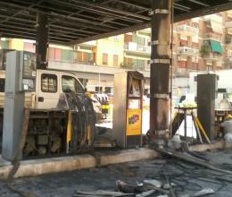 Distributore in fiamme su via Tiburtina