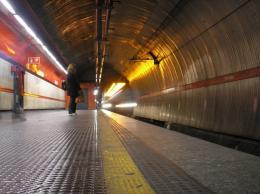 Parte di un controsoffitto frana contro un convoglio: metro A spaccata in due