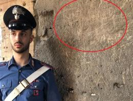 Incide le sue iniziali sul Colosseo: sorpreso e denunciato